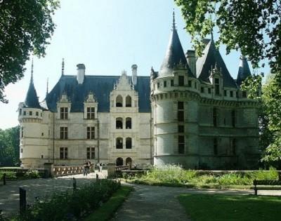 Le château d'Azay-Le-Rideau. La Renaissance artistique française à la fin du XV siècle et au début du XVI siècle est marquée en particulier par la construction des Châteaux de la Loire, à l'initiative des rois ou des grands financiers.