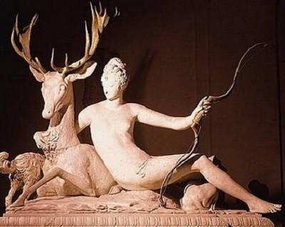 Diane appuyée sur un cerf. Le mécénat des princes et l'exemple italien permettent le renouveau de la peinture et de la sculpture, dont Jean Goujon est l'un des plus illustres représentants (Marbre qui ornait une des fontaines du château d'Anet, vers 1550. Musée du Louvre, Paris.)