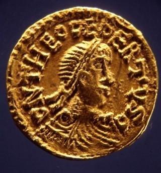 Tiers de sou en or, à l'effigie de Dagobert 1er, roi d'Austrasie (622-638 or 639) et roi des Francs (628-638 or 639). Bien que les Ve-Xe siècles soient surtout ceux d'une économie d'autosubsistance et de troc, l'usage de la monnaie n'a pas disparu, mais sa frappe dépend de la puissance des princes (Bibliothèque nationale, Paris).