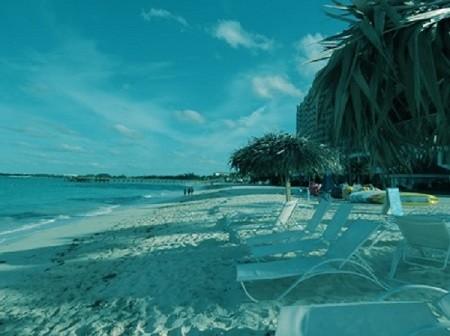 Rêve ta vie en couleur, c'est le secret du bonheur. (Walt Disney). Photographie par Megan Jorgensen. Plage de Nassau, Bahamas.