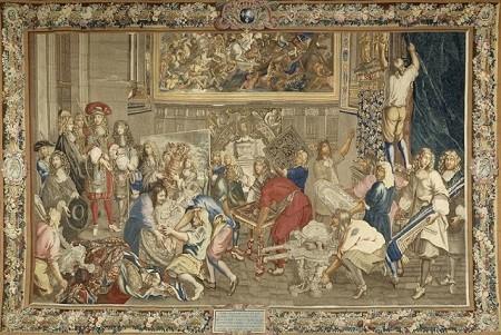 Louis XIV visitant la manufacture des Gobelins. Durant le règne du Roi Soleil, le mercantilisme de Colbert se traduit par la création et l'aide aux manufactures (tapisseries, verre, céramique) dont l'essor est associé au développement artistique (Tenture de l'Histoire du Roi, tapisserie des Gobelins, XVIIe siècle, Château de Versailles).
