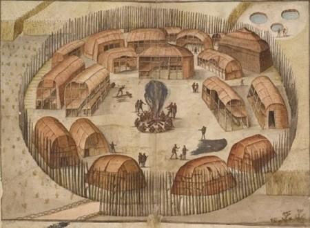 Ce village qui ne comptait que dix-huit huttes était défendu par une palissade percée d'une porte étroite. Les huttes recouvertes de nattes tressées amovibles pour permettre l'aération et l'éclairement de l'intérieur.