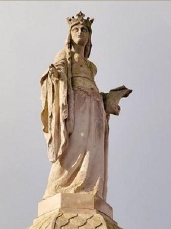 Statue de la reine Brunehaut qui couronne la colonne de la reine dans la commune de Bavay.