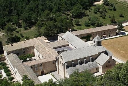 Abbaye de Sénanque (Vaucluse), fondée en 1148. Les abbayes cisterciennes illustrent l'essor monastique exceptionnel des Xe-XIIIe siècle; lieux de prière et d'hébergement, elles disposent aussi d'ateliers de production et mettent en valeur les terres que leur cèdent les seigneurs avoisinants. Credit photo: photos-of-provence.com.