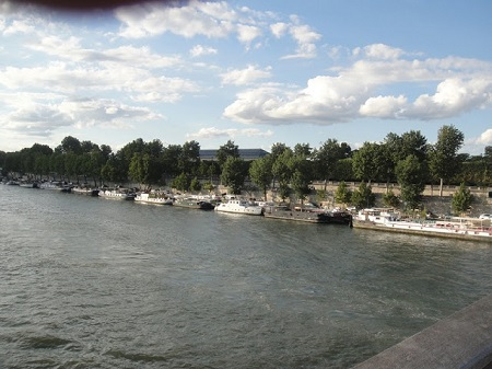 Des bateaux le long des bords de la Seine. Photo de Megan Jorgensen.