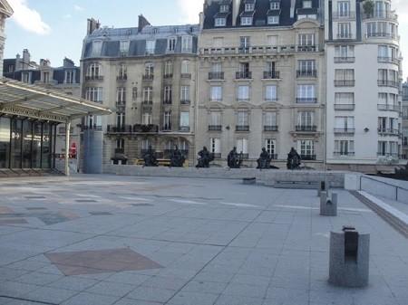 Paris, centre-ville. Place devant le musée d'Orsay. Photo - Megan Jorgensen.