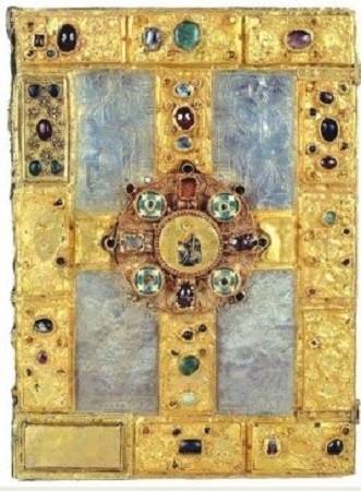 Évangéliaire de Saint-Gauzlin, IXe siècle. Sous le règne de Charlemagne, les arts connaissent une « renaissance » marquée en particulier par un essor remarquable de l'orfèvrerie et de la joaillerie (Cathédrale de Nancy).