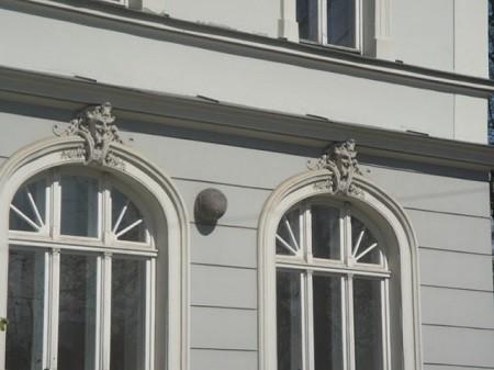 Deux têtes diaboliques sur une façade d'une ville européenne. Photo par Megan Jorgensen.